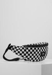 Vans - MINI WARD CROSS BODY - Saszetka nerka - black/white - 3