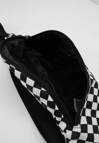 Vans - MINI WARD CROSS BODY - Saszetka nerka - black/white - 5