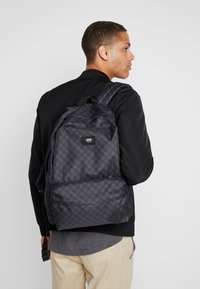 Vans - OLD SKOOL BACKPACK - Ryggsäck - black/charcoal - 1