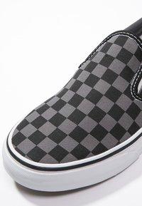 Vans - CLASSIC SLIP-ON - Nazouvací boty - black/pewter - 5