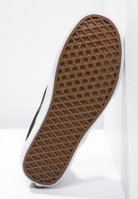 Vans - CLASSIC SLIP-ON - Nazouvací boty - black/pewter - 4