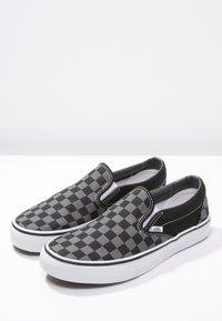 Vans - CLASSIC SLIP-ON - Nazouvací boty - black/pewter - 2