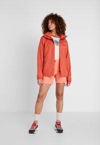 Vaude - WOMEN ESCAPE LIGHT JACKET - Waterproof jacket - hotchili - 1