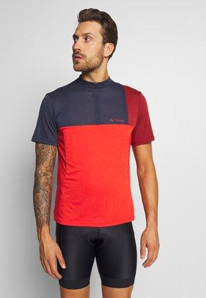 ME TREMALZO - T-shirts print - mars red