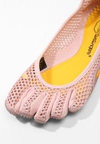 Vibram Fivefingers - Sportovní boty - pale mauve - 5