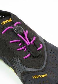 Vibram Fivefingers - Minimalistické běžecké boty - black/yellow/purple - 6