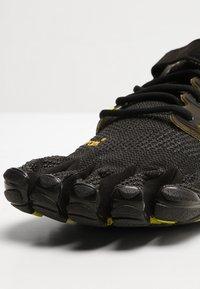 Vibram Fivefingers - V-TRAIN - Sportovní boty - black/green - 5
