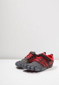 Vibram Fivefingers - V-TRAIN - Obuwie treningowe - grey/black/red - 2