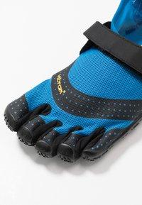 Vibram Fivefingers - V-AQUA - Obuwie do sportów wodnych - blue/black - 5