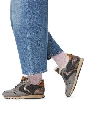 JULIA FUR - Sneakers basse - gray