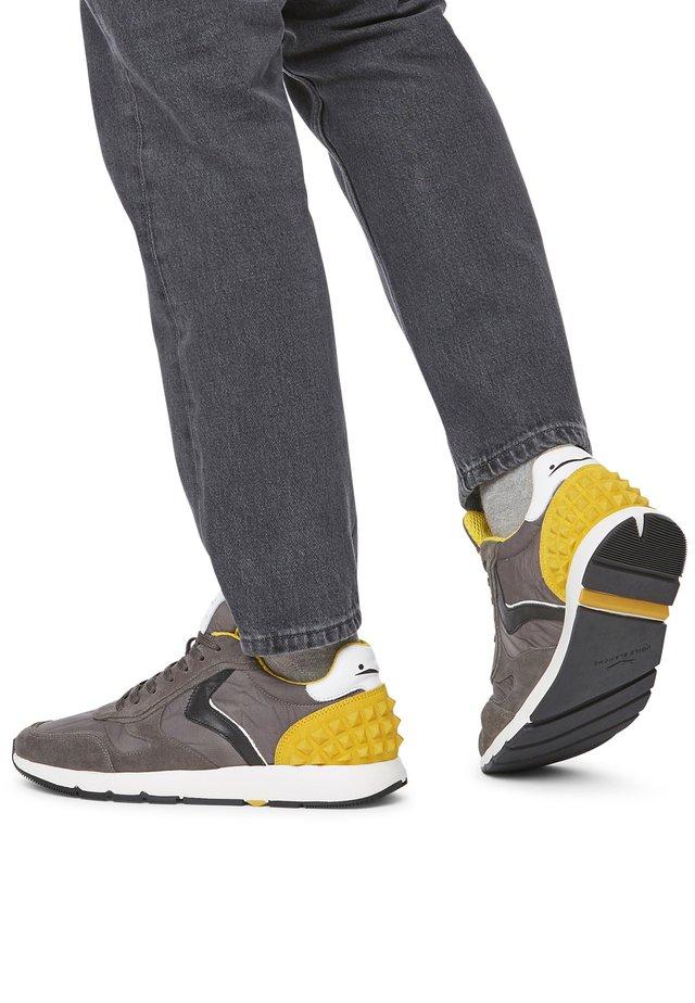 REUBENT STUDS-SNEAKER AUS  LEDER UND NYLON-BLAU - Sneakers basse - gray