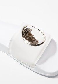 Versace Collection - Chanclas de baño - white/gold - 6
