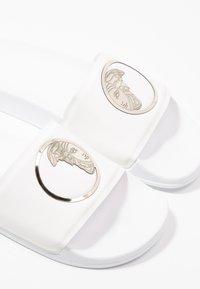 Versace Collection - Chanclas de baño - white/gold - 5