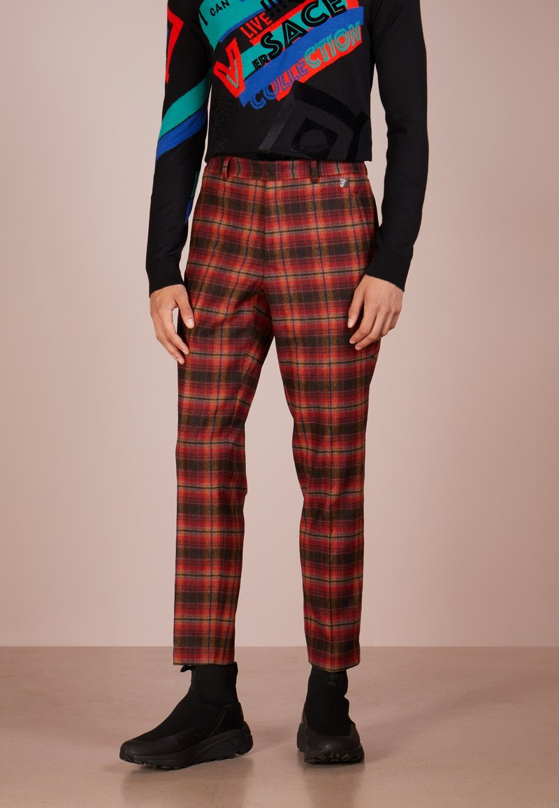 Versace Collection - PANTALONI TESSUTO - Pantalones - rosso/stampa