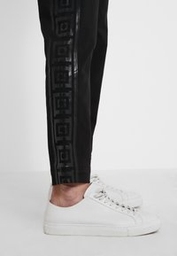 Versace Collection - PANTALONI TESSUTO - Trousers - nero - 4