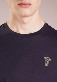 Versace Collection - Camiseta básica - navy/oro - 4