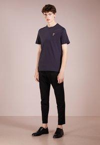 Versace Collection - Camiseta básica - navy/oro - 1