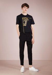 Versace Collection - T-shirt imprimé - nero/oro - 1