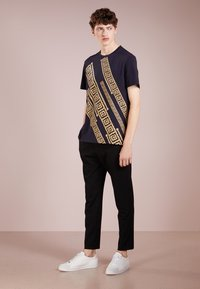 Versace Collection - T-shirt imprimé - blue - 1