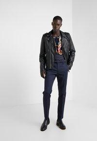 Versace Collection - GIROCOLLO REGOLARE - Triko spotiskem - blu scuro - 1