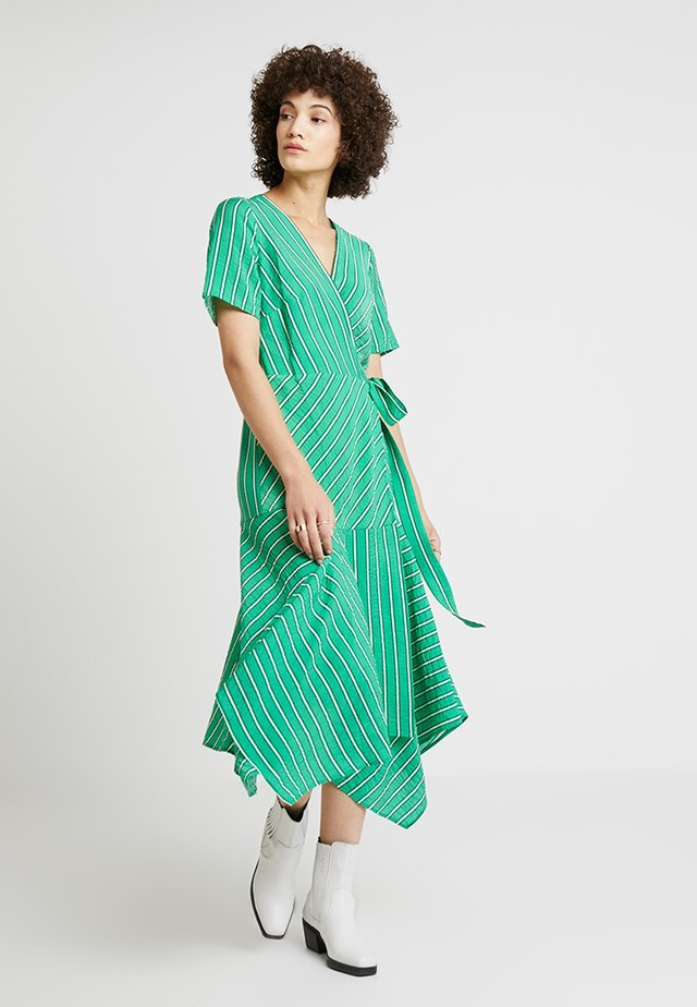 PLAYFUL STRIPE WRAP DRESS - Maxikjoler - emerald leaf