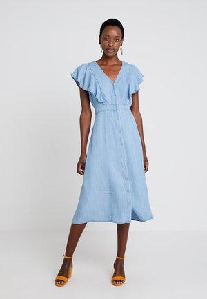 RUFFLE FRONT BELTED DRESS - Denimové šaty - bayside wash