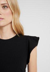 Vince Camuto - FLUTTER PEPLUM HEM DRESS - Pouzdrové šaty - rich black - 5