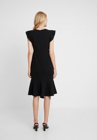 Vince Camuto - FLUTTER PEPLUM HEM DRESS - Pouzdrové šaty - rich black - 3
