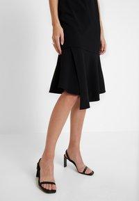 Vince Camuto - FLUTTER PEPLUM HEM DRESS - Pouzdrové šaty - rich black - 7