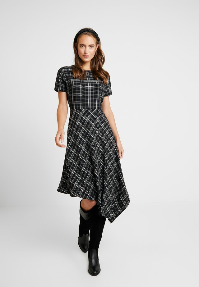 EVEN PLAID ASYM HEM DRESS - Hverdagskjoler - rich black