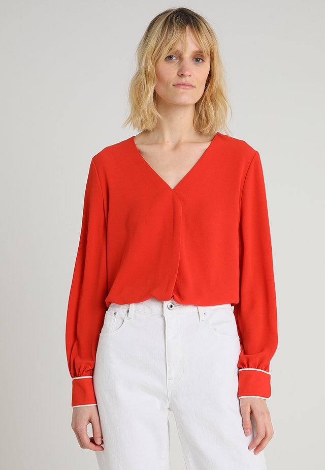 SOFT TEXTURE CONTRAST PIPING V NECK BLOUSE - Blus - mandarin red