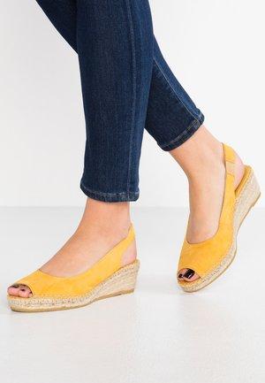 Korkeakorkoiset sandaalit - mostaza