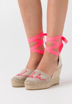 Sandalias de tacón - lino piedra/mensaje fuxia