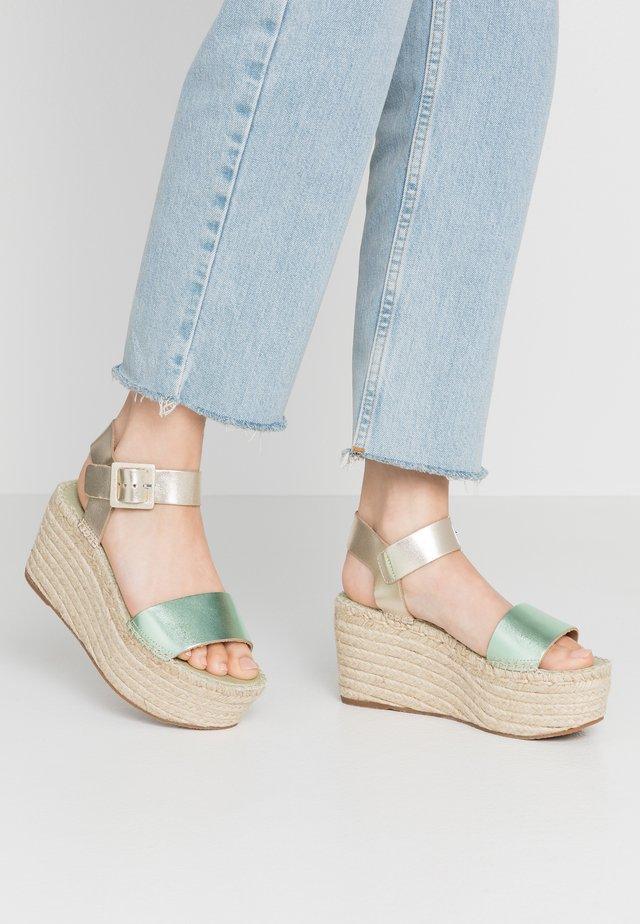 Korolliset sandaalit - metallic lima/oro
