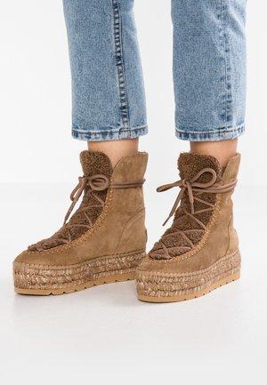 Kotníkové boty na platformě - camel