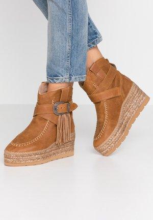 DAKOTA - Kotníkové boty na klínu - camel