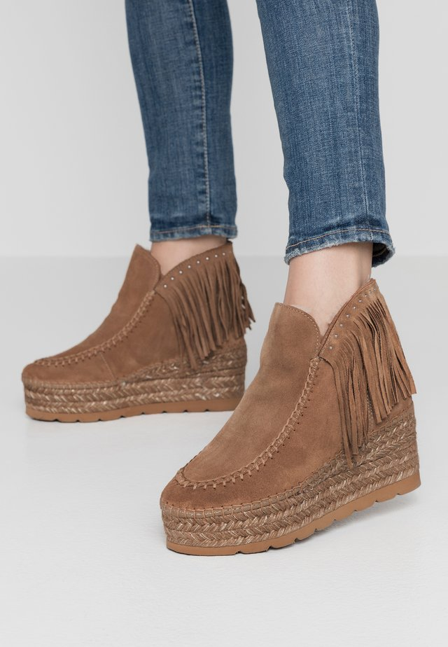 SERRAJE - Ankle boots - camel