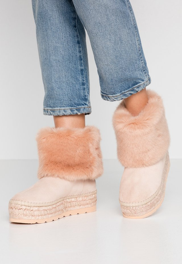 Winter boots - nude