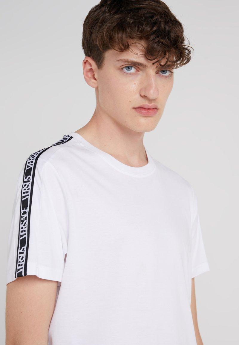 Versus Versace - T-SHIRT REGULAR UOMO - T-shirt z nadrukiem - optical white