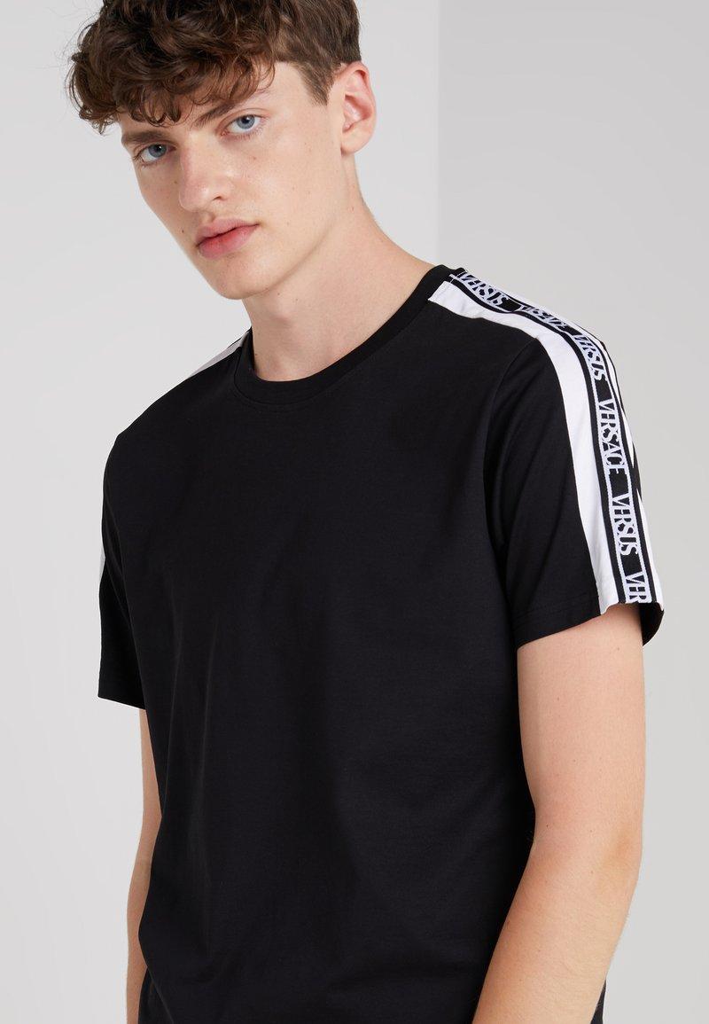 Versus Versace - T-SHIRT REGULAR UOMO - T-shirt med print - nero/bianco