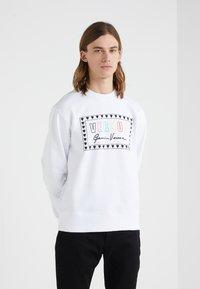 Versus Versace - SPORTIVO FELPA REGULAR FIT UOMO - Sweater - optical white - 0