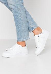 Vero Moda - VMCELINA - Sneaker low - snow white/black - 0