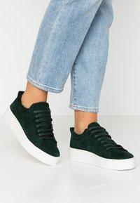 Vero Moda - VMHELLA - Sneakers basse - ponderosa pine - 0