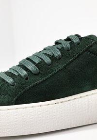 Vero Moda - VMHELLA - Sneakers basse - ponderosa pine - 2