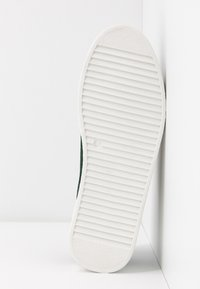 Vero Moda - VMHELLA - Sneakers basse - ponderosa pine - 6