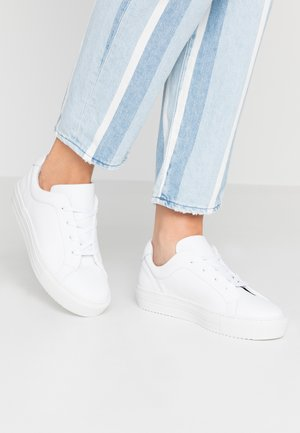 VMANA WIDE FIT - Sneakers basse - snow white