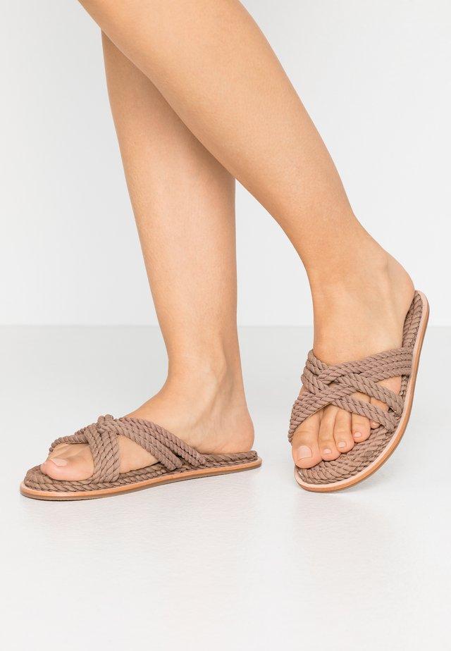 VMDEA - Pantolette flach - brownie
