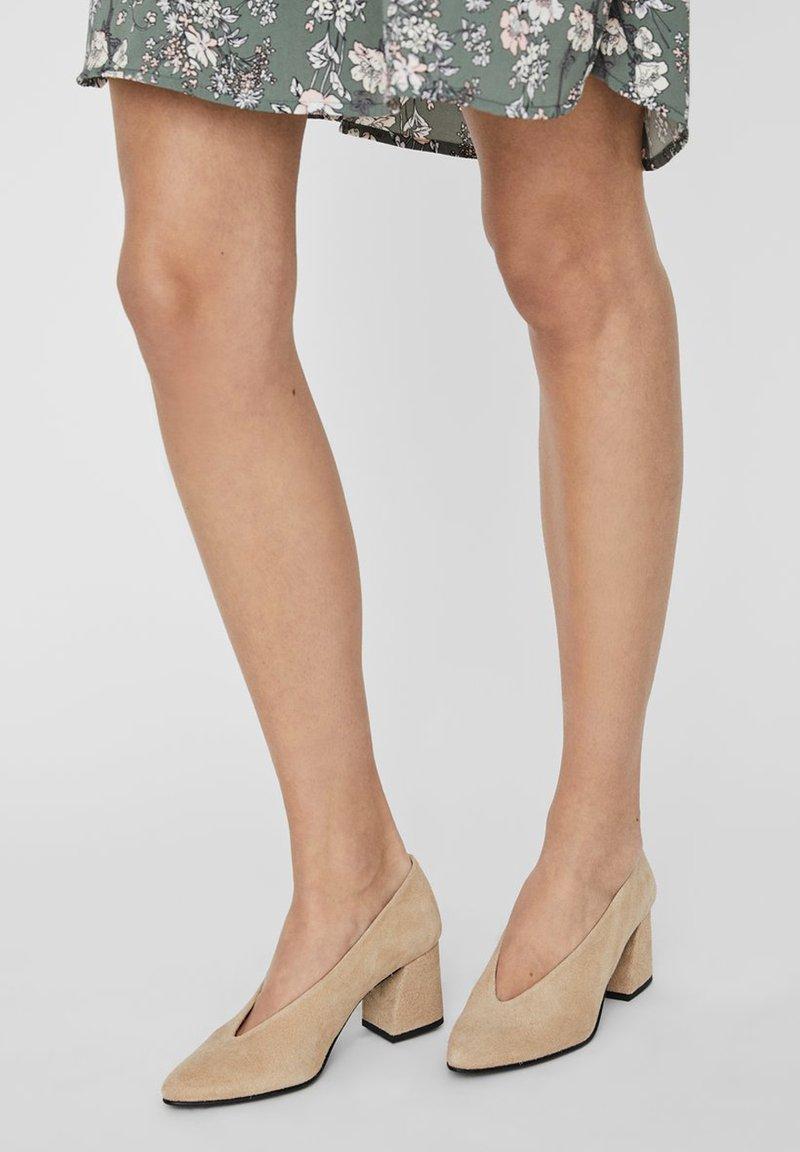 Vero Moda - PUMPS WILDLEDER - Classic heels - beige