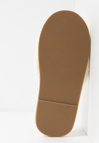 Vero Moda - VMCATALINA  - Domácí obuv - pristine - 6