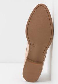 Vero Moda - VMANNELI SHOE - Zapatos de vestir - nude - 6